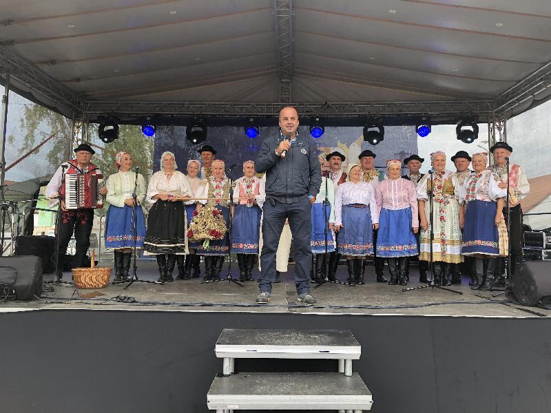 3.ročník Kralovstvo husaciny v Slovenskom grobe. V pozadi Vajnorsky okrašlovaci spolok. 1.september, 2018.